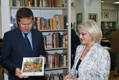 srna-ambasador ceske daruje knjige 1