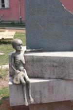 srna vandalizam kod ciglane 2 150x224 Pored nekadašnje ciglane uništena skulptura posvećena logorašima