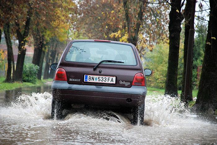 15-Prijedor---voda-na-kolovozima-otezava-saobracaj