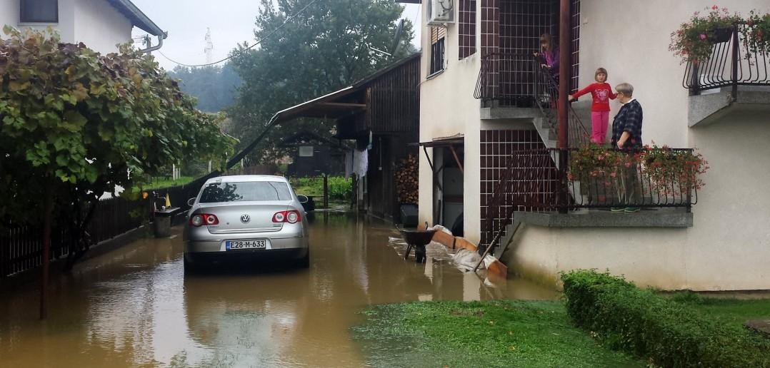 Foto: D. Stojnić - Poplavljeno dvorište kuće u Rasavcima
