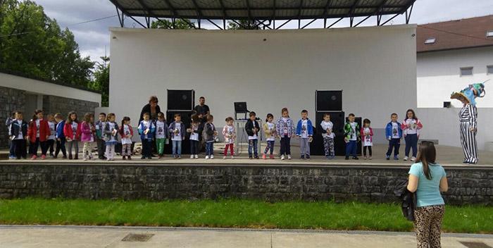 13 Prijedor - mali turisti u Ljetnoj basti copy