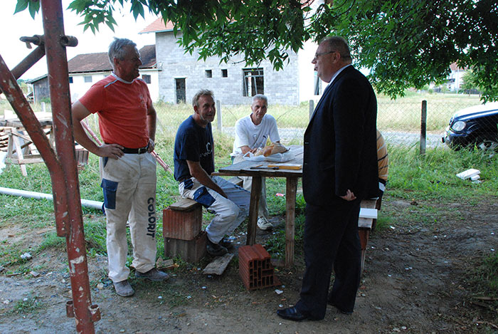 Ministar Bogdanić sa radnicima na gradilištu ambulante u Omarskoj