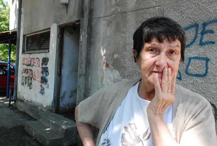 09-Prijedor---bivsa-radnica-Kozaraturista-pred-objektom-u-kojem-zivi-od-1987.-godine